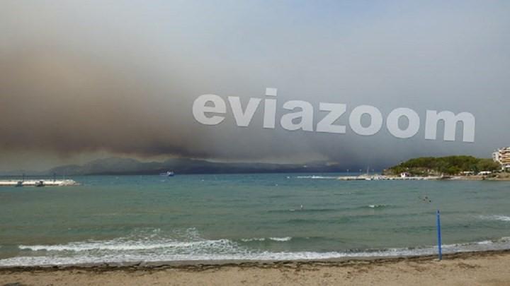 Kαπνοί και αποκαΐδια στη Χαλκίδα: Η θάλασσα γέμισε κάρβουνο