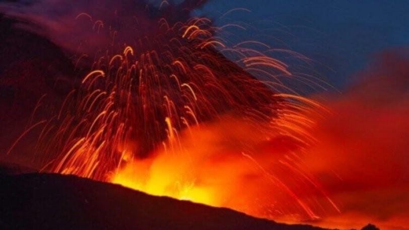 Η Αίτνα ξύπνησε: Το ηφαίστειο εκτοξεύει τέφρα και λάβα