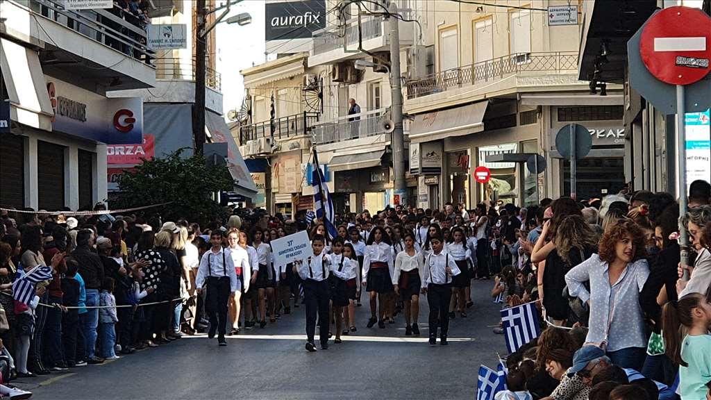 Πλήθος κόσμου στη μαθητική παρέλαση στο Ηράκλειο Κρήτης